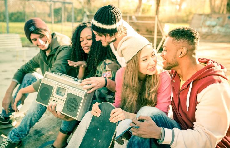 jongeren in skatepark