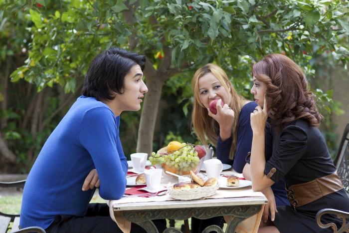 Jongeren aan picknicktafel