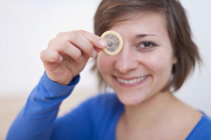 meisje met condoom voor haar ogen