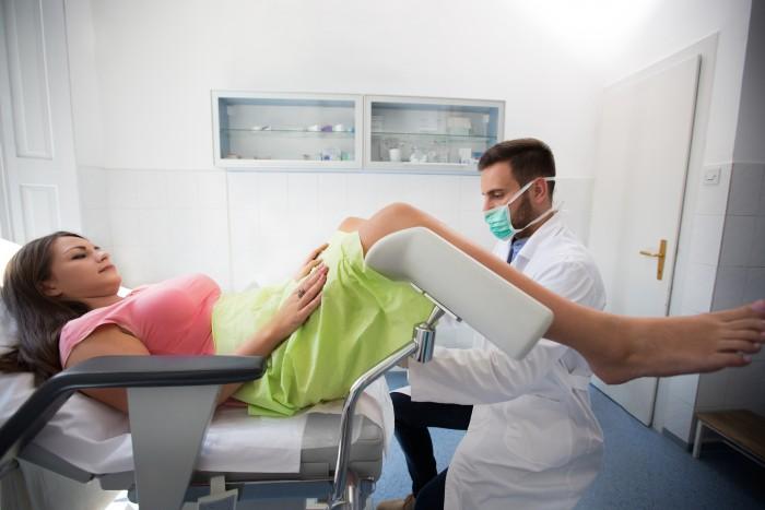 De gynaecoloog bezoeken