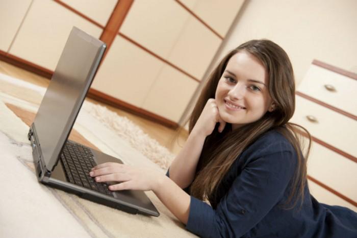lachend meisje met laptop