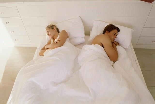 koppel maakt ruzie in bed