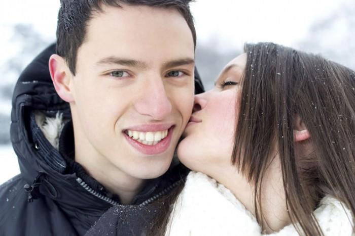 Meisje kust jongen op de wang