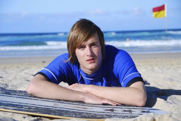 jongen ligt op het strand
