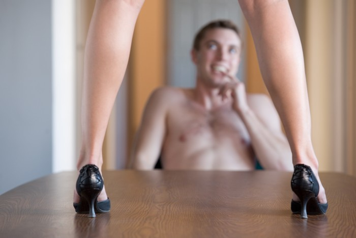 Hoe kan ik een striptease opvoeren voor mijn lief?