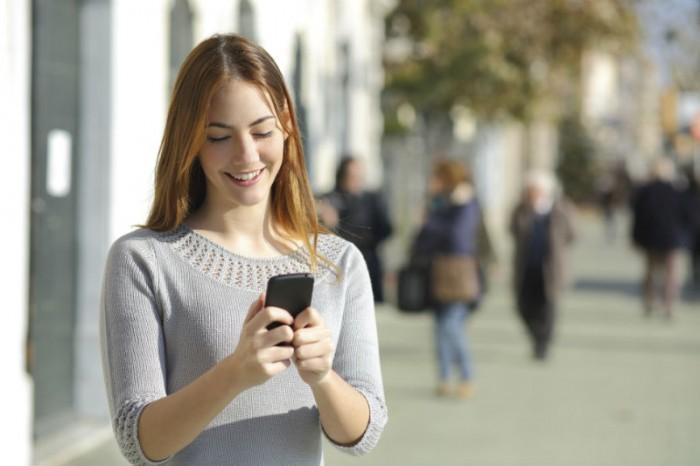 meisje met gsm doet aan sexting